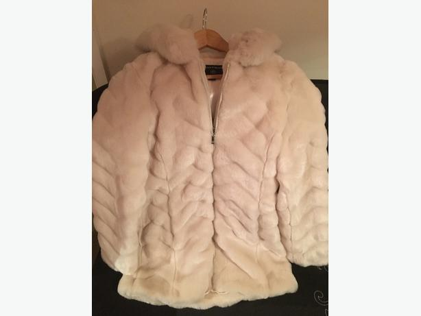 BRAND NEW white faux fur warm winter ladies coat
