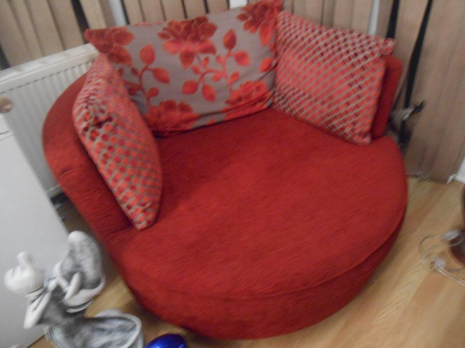 RED LOVE CHAIR FROM DFS IN GOOD USED CON Tipton Sandwell