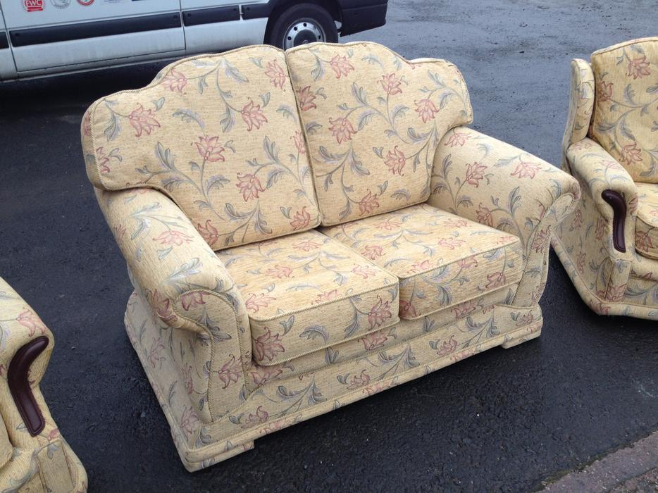 Immaculate 3 Piece Suite 2 Seat Sofa Bed Amp Armchairs