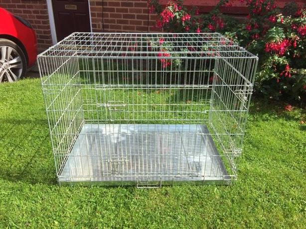 MEDIUM/LARGE METAL DOG CAGE WITH A PULL OUT TRAY FOR SALE