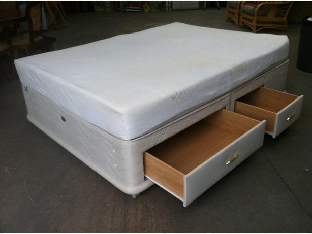 SEALY 4 DRAWER KING SIZE BED AND MEMORY FOAM MATTRESS ~~ CAN DELIVER