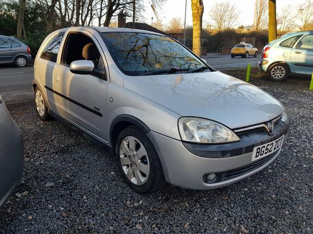 vauxhall corsa 52 plate 1.2 sxi 3 door hatch spares or repair