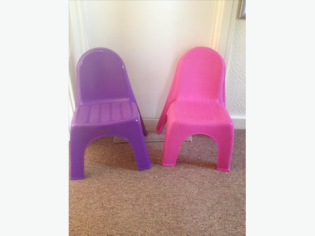 2 Mini plastic chairs
