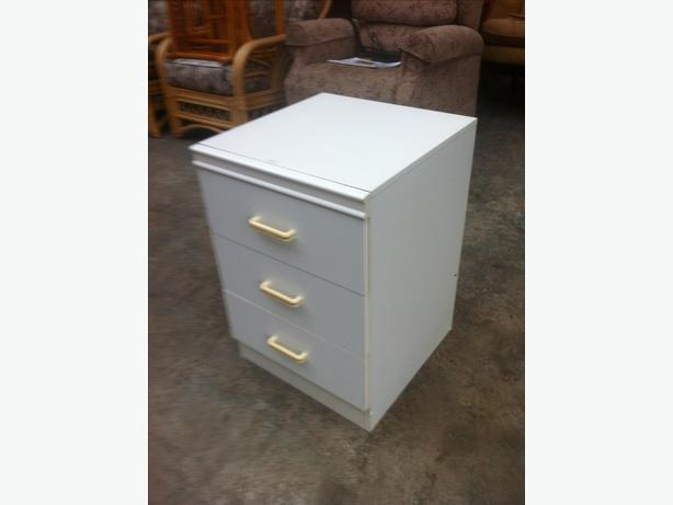 BEDSIDE CABINET \ TABLE WITH DRAWERS ~~ GOOD CONDITION ~~ CAN DELIVER