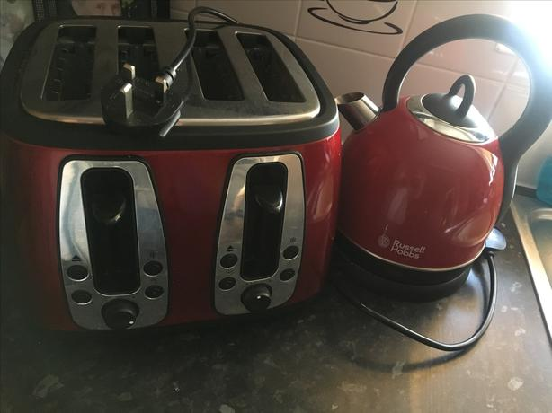 RED KETTLE AND 4 SLICE TOASTER