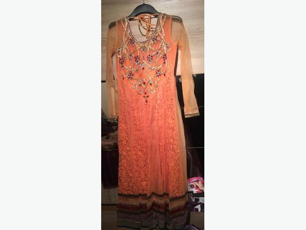 Lady's Small/medium Indian / punjabi suits good as new!!