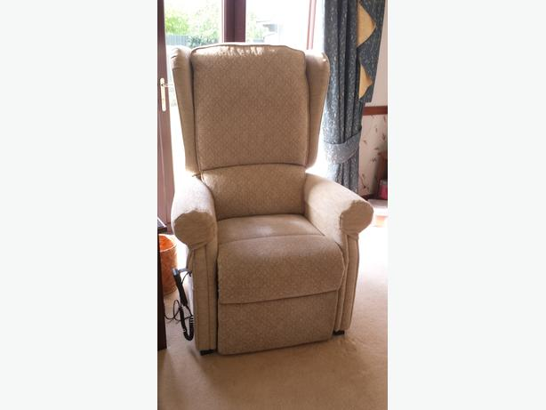'Westbury' Large Riser/Recliner chair