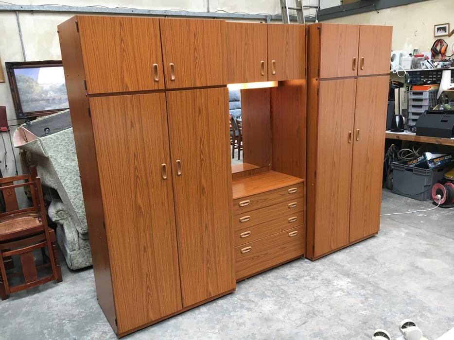 Schreiber Triple Bedroom Wardrobe Set In Good Condition