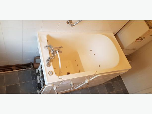 FREE: BATHROOM SUITE JACUZZI COMPLETE SINK TOILET