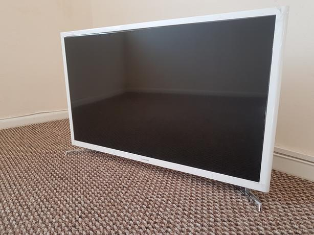 "White Samsung 32"" Smart T.V (MINT CONDITION HARDLY USED) £200 OVNO"