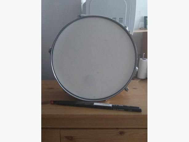 silver snare drum with set of drum sticks