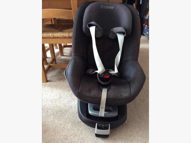 Maxi Cosi Family Fix isofix Base and Pearl car seat