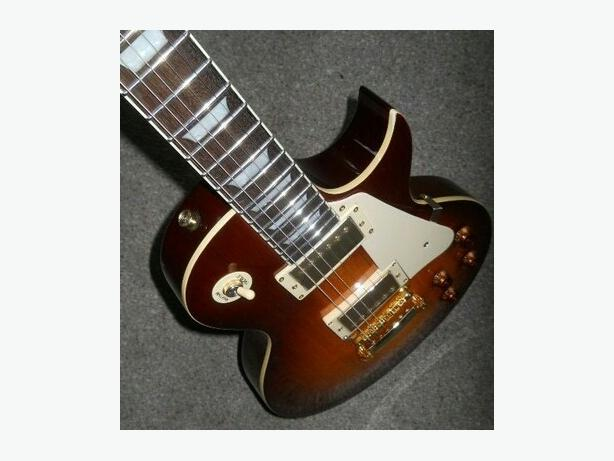 les paul guitar and amplifier