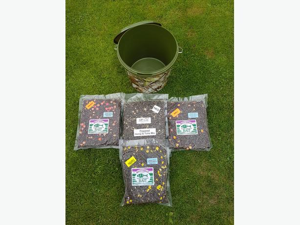 Hemp & Corn 600g Hemp & Tuna 1kg Fishing Bait Bags + Camo Bucket
