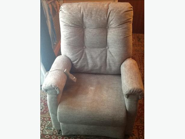 Vgc & clean fwo riser recliner.  Delivery available