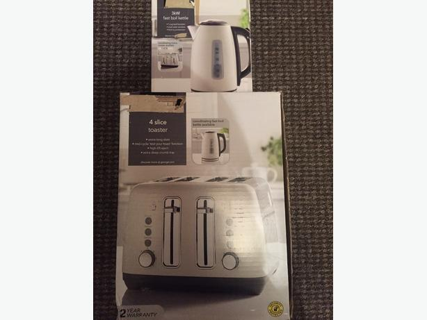 brand new cream kettle and 4 slice toaster set