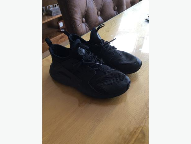 Kids Nike huaraches in black size Uk 2