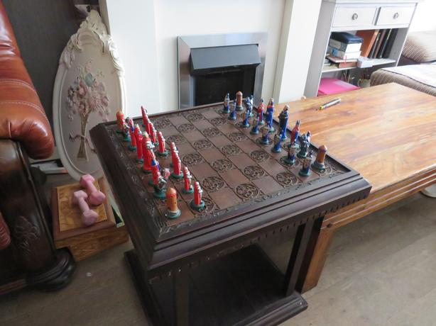 Heavy chess table whit the chess set