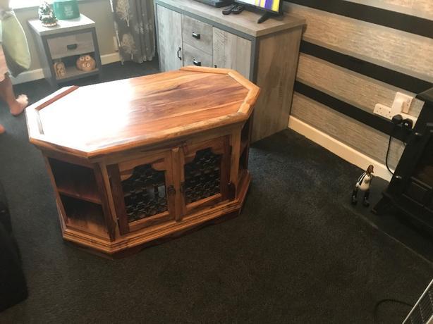 jali wood corner TV stand