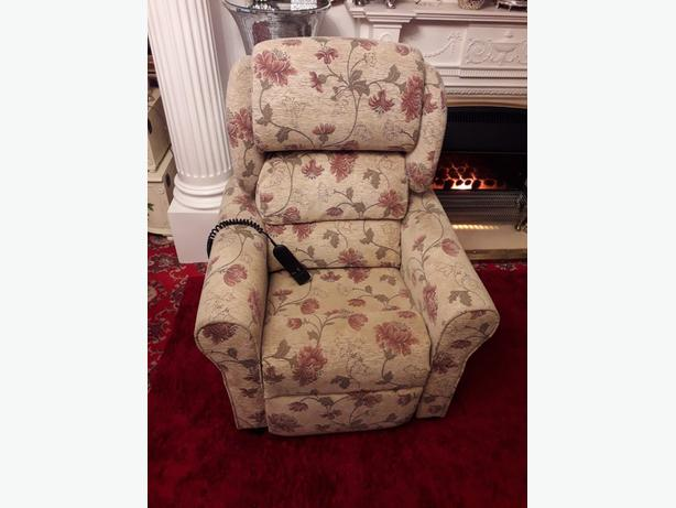 Recliner chair   fully remote mint condition