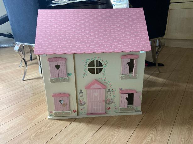 dolls house with 2 doll pieces