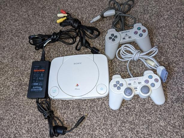 PlayStation one white with 2 controllers