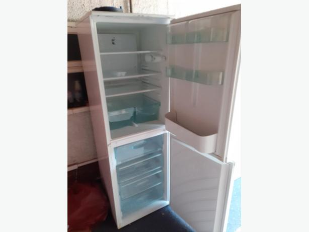 6ft tall hotpoint white frost free fridge freezer+good working order+DELIVERY