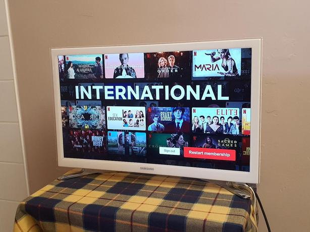 smart white samsung 22 inch hd led tv+built in apps+wifi+remote+DELIVERY