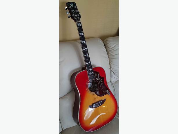 """Suzuki """"Hummingbird"""" Acoustic Guitar"""