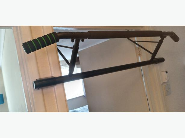 Pull up bar to fit over door frame