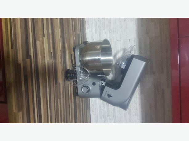 Nestling mixer with 3 attachments