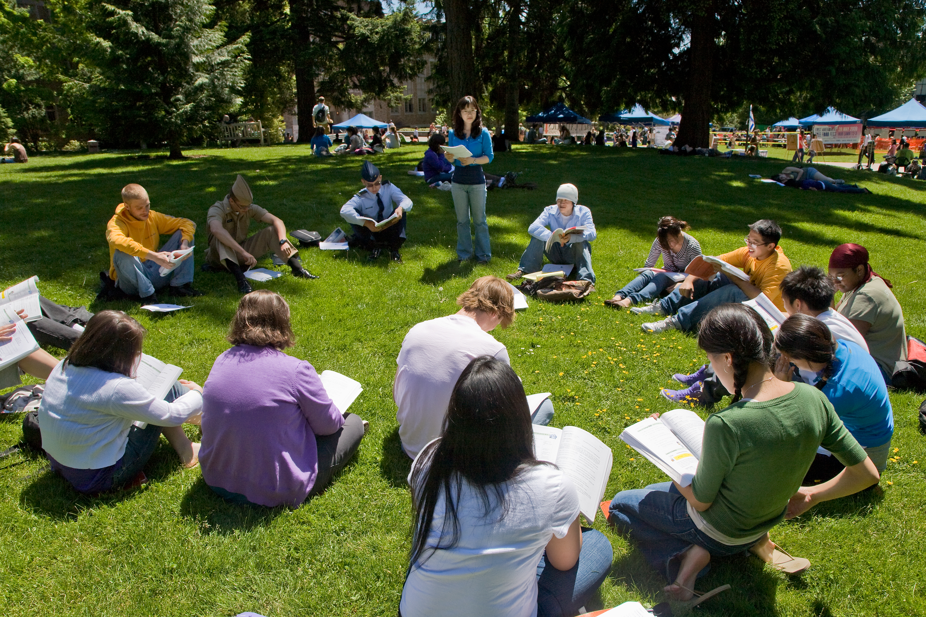 University of Washington class sitting on a lawn. Photo by Doug Plummer.