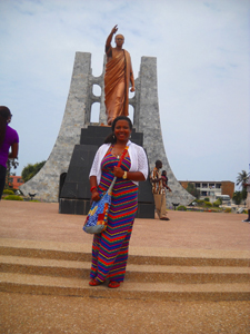 courtney_in_front of statue