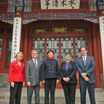 Former Washington governers Christine Gregoire and Gary Locke and UW President Ana Mari Cauce visit Tsinghua University.