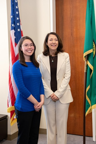 Jasmine Graham discusses the importance of undergraduate research with Senator Maria Cantwell.