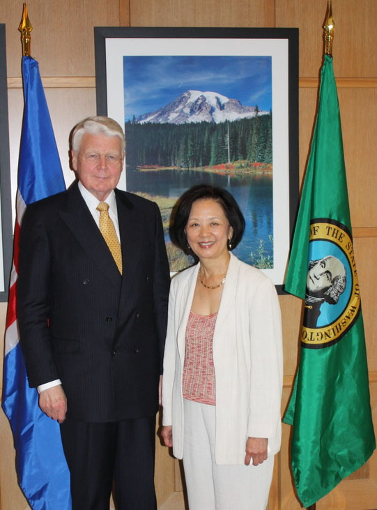 President of Iceland Ólafur Ragnar Grímsson, with Interim UW President Phyllis Wise.