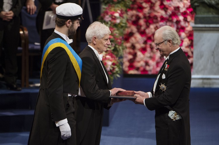 David Thouless receives the Nobel Prize in Physics from the King of Sweden.