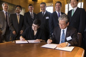 University of Washington President Ana Mari Cauce and Tohoku University President Susumu Satomi, signing the agreement on April 14 to establish the Academic Open Space.