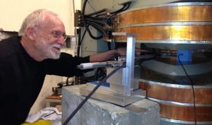 Una persona se para junto al equipo utilizado para medir las propiedades del campo magnético para experimentar con la física de partículas.