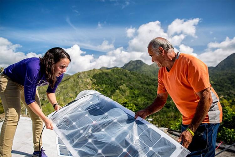 Image of UW student working in Puerto Rico