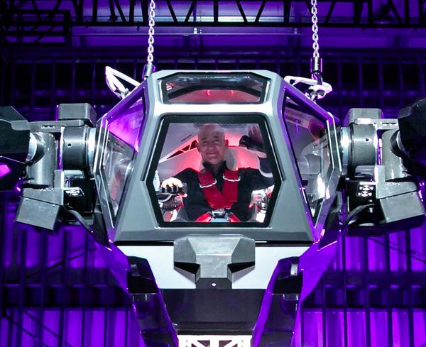 """La felicidad de Jeff Bezos al probar el """"juguete"""" más grande del mundo"""