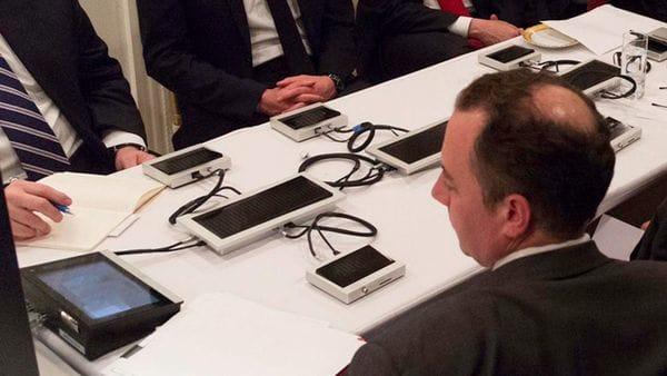 Qué son los misteriosos dispositivos que están en la sala en que Trump siguió el ataque a Siria