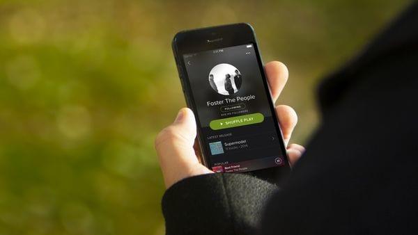 Spotify y Universal firmaron un acuerdo para adelantar discos completos sólo a suscriptores