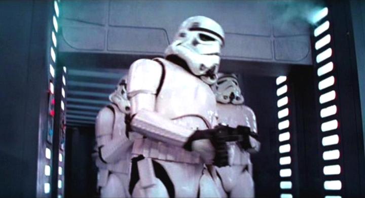 El Stormtrooper que se golpea la cabeza en Star Wars explica qué sucedió