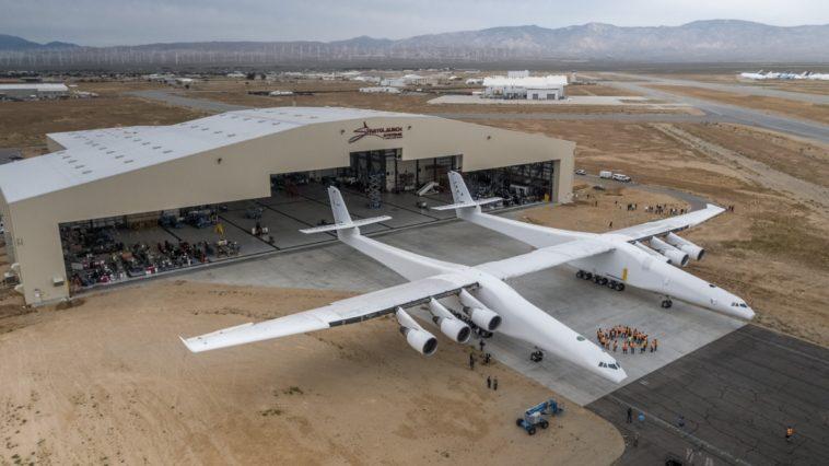 Stratolaunch: El avión más grande del mundo lanzará cohetes al espacio