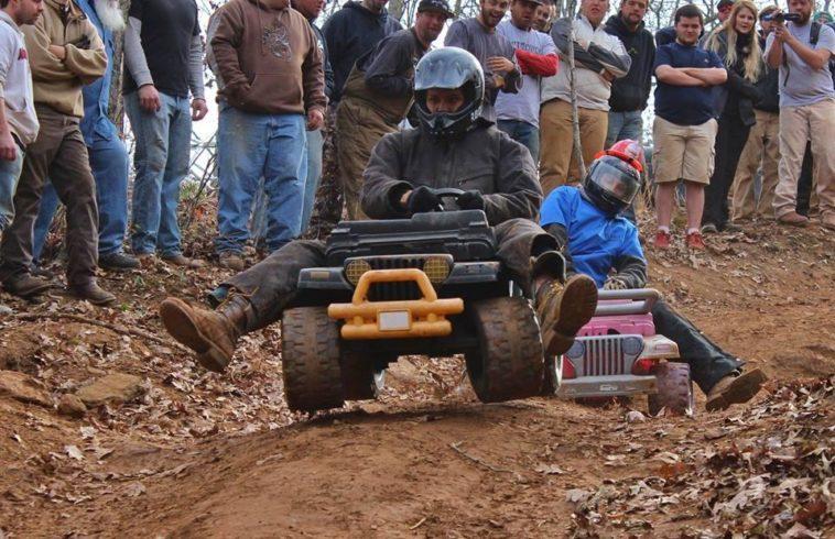 Extreme Barbie Jeep Racing: Carreras extremas sobre cochecitos de juguetes