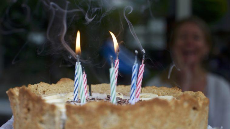 Un nuevo estudio indica que soplar velas inunda al pastel con bacterias