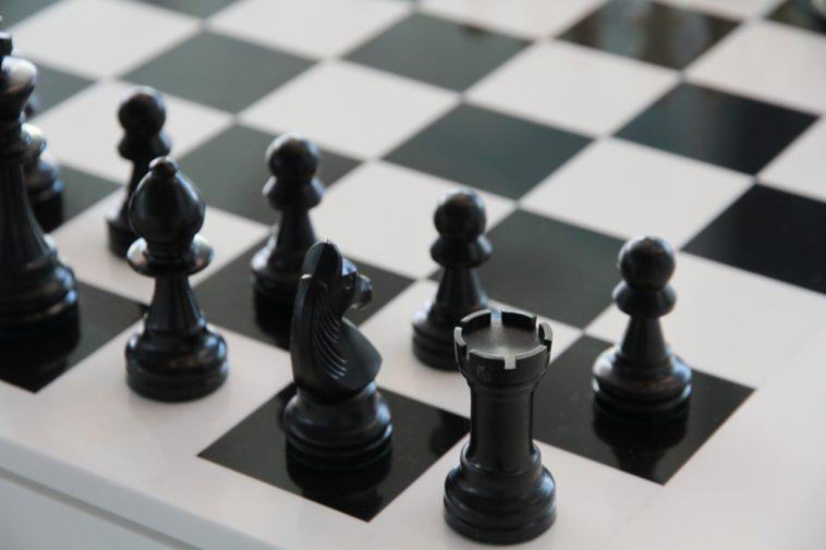 23 damas versus 39 caballos de ajedrez: ¿Quién gana?