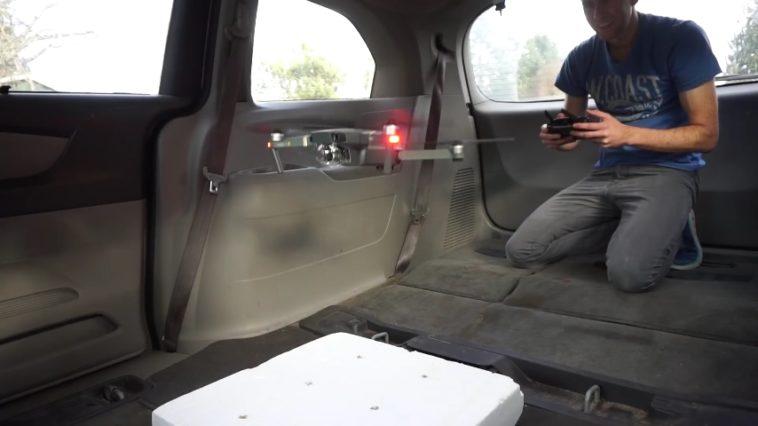 Si un dron vuela dentro de un coche, ¿se mueve con el vehículo o colisiona con el vidrio trasero?