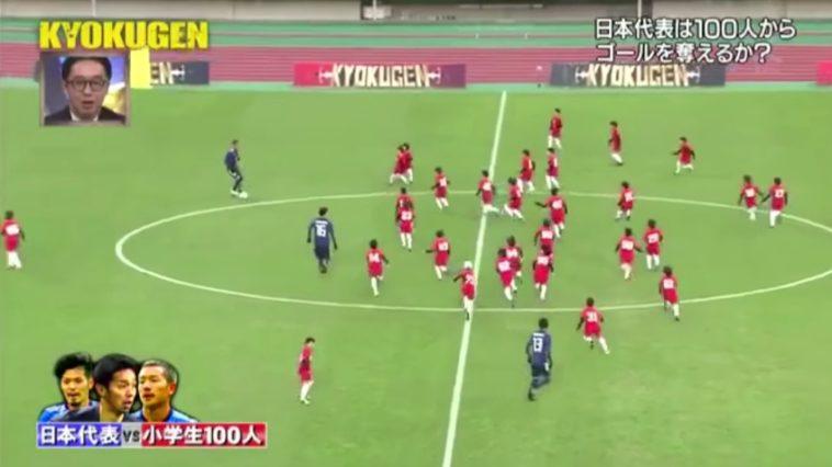 Fútbol 3 vs 100: Tres jugadores profesionales contra 100 niños (Vídeo)
